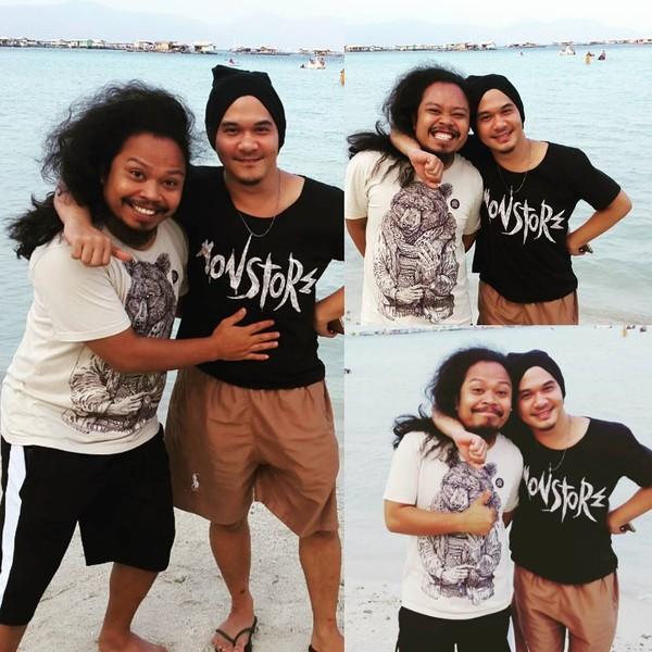 Payung Teduh berdiri pada tahun 2007, lahir dari dua orang sahabat yang berprofesi sebagai pemusik di Teater Pagupon, yakni Is (vokal/gitar) dan Comi (bass). Foto keduanya ini menunjukkan ada di sebuah pantai namun Is tak menyebutkan lokasinya di mana (Dok. pusakata/Instagram)