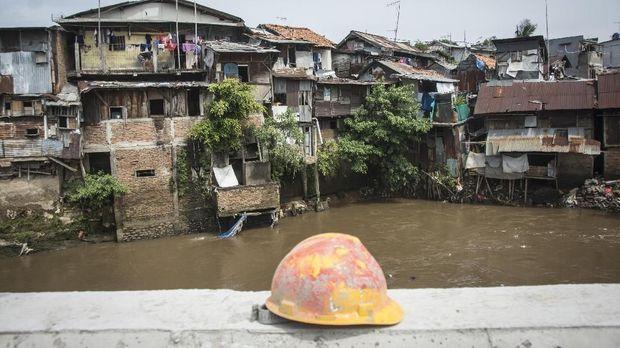 Permukiman penduduk yang berada di bantaran Sungai Ciliwung, kawasan Bukit Duri, Jakarta, Senin (13/11/2017).