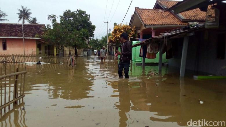 Sungai Meluap, Puluhan Rumah di Karawang Terendam Banjir