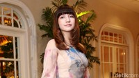 Ia memilih tampil dengan gaun panjang bercorak warna-warni di acara tersebut. Pool/Ismail/detikFoto.
