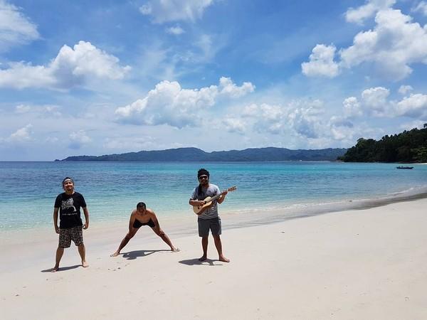 Selain dengan keluarga, Is Payung Teduh juga jalan-jalan dengan rekannya. Masih sama, destinasi yang dituju adalah pantai dan lokasinya ada di Banggai Laut, Sulawesi Tengah (Dok. pusakata/Instagram)