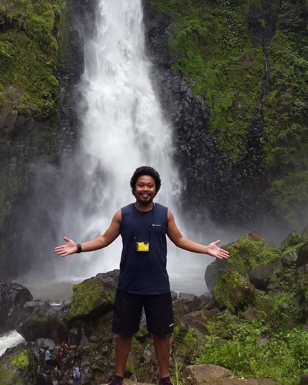 Kalau foto ini Is Payung Teduh sedang menikmati derasnya sebuah air terjun di Malino. Malino adalah kelurahan yang terletak di Kecamatan Tinggimoncong, Kabupaten Gowa, Sulawesi Selatan (Dok. pusakata/Instagram)