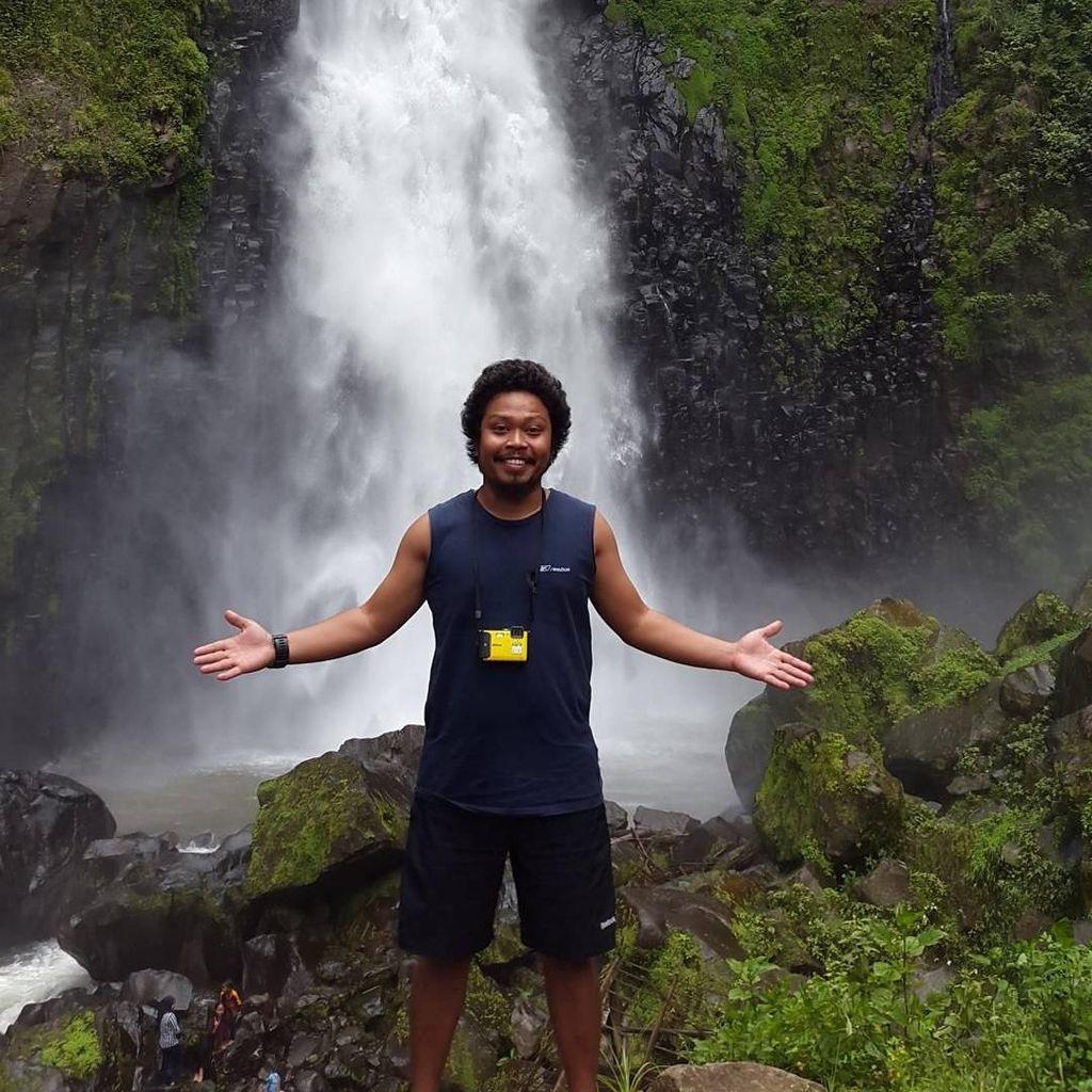 Sempat Foto Bareng Arie Untung, Is eks Payung Teduh Hijrah?
