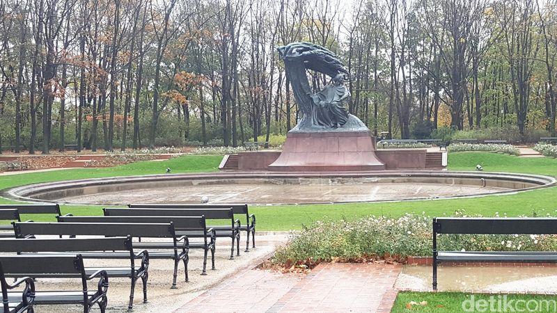 Monumen Frederic Francois Chopin atau Pomnik Chopina ada di dalam Botanical Garden di Lazienki Park. Taman seluas 78 hektar ini ada di pusat Kota Warsawa, Polandia (Odilia/detikTravel)