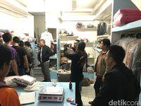 Suasana di lokasi laundry saat polisi menangkap Badrun