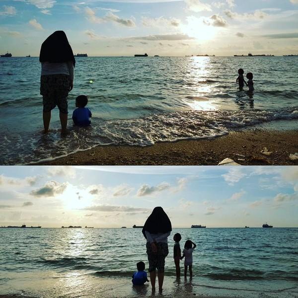 Pantai, senja, dan keluarga seperti dalam foto ini adalah hal yang meneduhkan untuk dilihat dari seorang vokalis Payung Teduh (Dok. pusakata/Instagram)