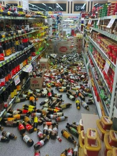 Barang-barang di toko setempat berjatuhan dari rak akibat gempa 5,4 SR di Korsel