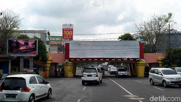 Reklame di viaduk Kertajaya belum dibongkar/