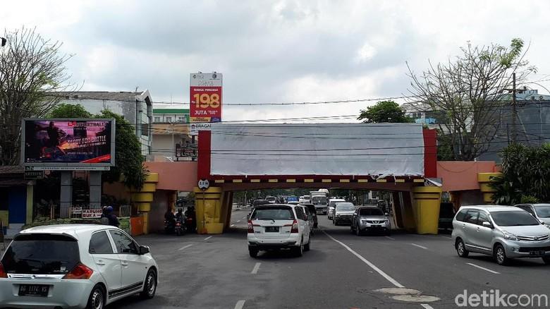 Reklame Dipasang di Viaduk Kertajaya, Ini Respon Disbudpar