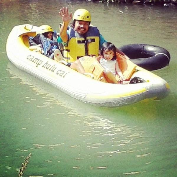 Sosok vokalis Payung Teduh itu rupanya sayang sekali dengan keluarga. Momen ini memperlihatkannya bersama anaknya di sebuah destinasi rafting (Dok. pusakata/Instagram)