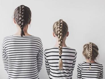 Atau bisa juga hanya dengan mengepang rambut dengan gaya yang sama, pakai baju kembaran, lalu memunggungi kamera. Cekrek! (Foto: Instagram @allthatisshetagram)