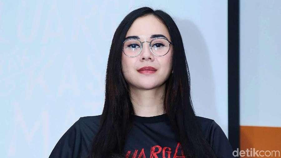 Aura Kasih tampil Berkacamata, Yay or Nay?