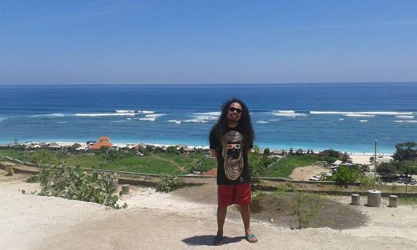 Dari sekian postingan, Is lebih banyak mengunggah destinasi kawasan pantai. Dalam posenya ini terlihat rambut grondrong vokalis Payung Teduh itu (Dok. pusakata/Instagram)