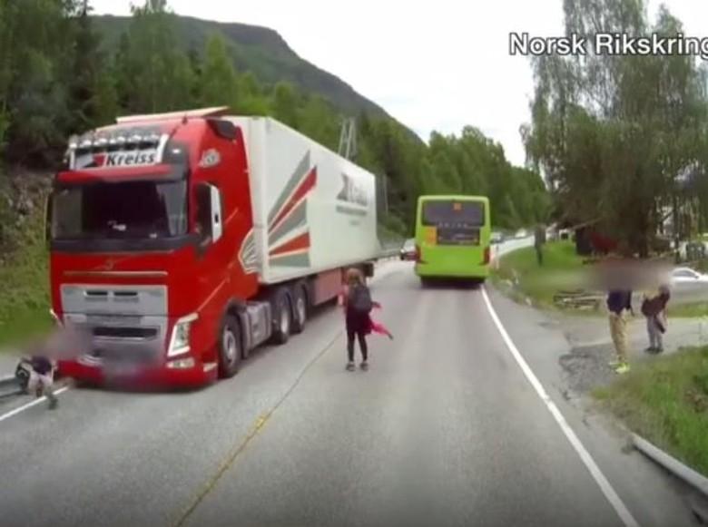 Ngeri, Bocah Ini Nyaris Tertabrak Truk Usai Turun dari Bus