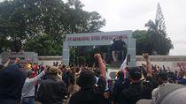 Ratusan Buruh Blokir Jalan Kawasan Industri Krakatau Steel