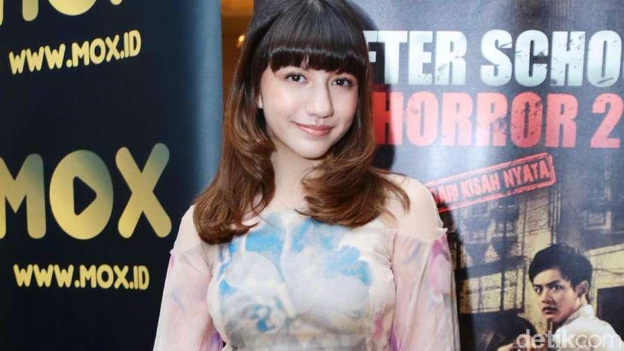 Cassandra Lee Anggun dengan Gaun Bercorak Warna
