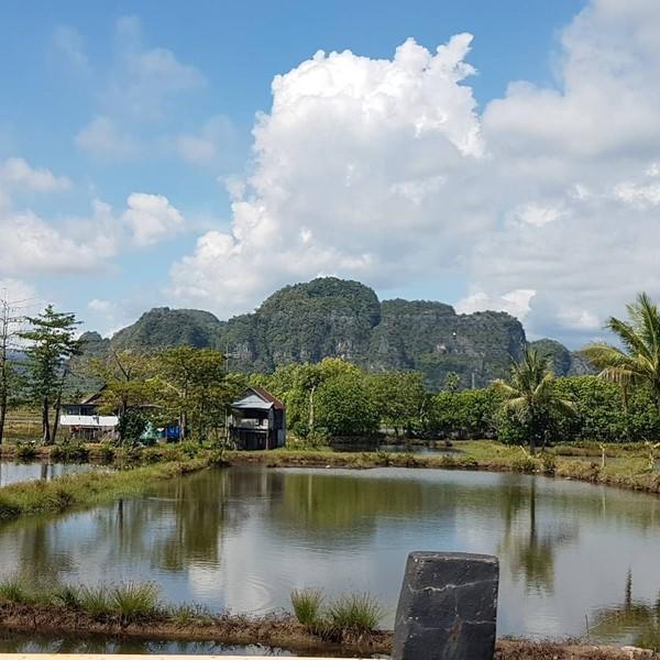 Kalau yang ini, Is Payung Teduh sedang pulang kampung. Ia memperlihatkan bentang alam yang cantik di perbatasan Pangkep-Maros (Dok. pusakata/Instagram)