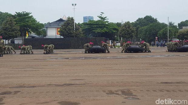Parade Operasi Amfibi ditampilkan di Perayaan HUT Marinir ke-72