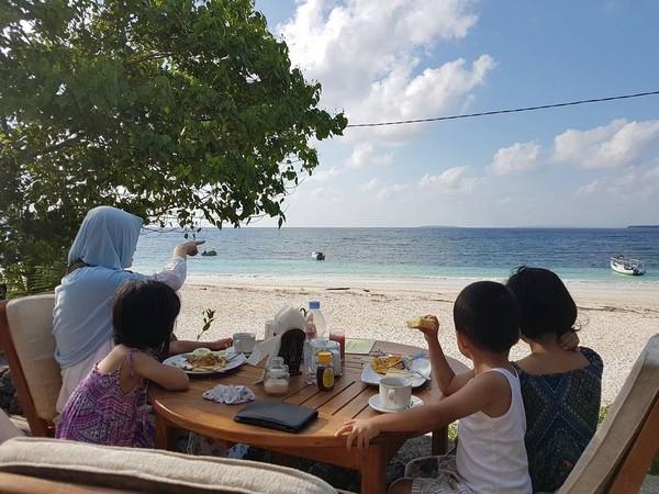 Keluarga adalah harta bagi vokalis Payung Teduh. Tak jarang dalam beberapa kesempatan Is mengajak istri juga 3 anaknya bermain di pantai (Dok. pusakata/Instagram)