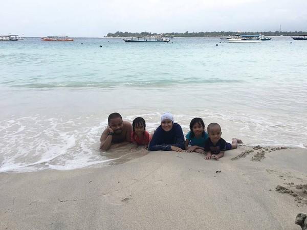 Lihat sendiri saat Is membawa keluarga kecilnya ini bermain di Pantai Senggigi, Lombok. Kompak ya! (Dok. pusakata/Instagram)