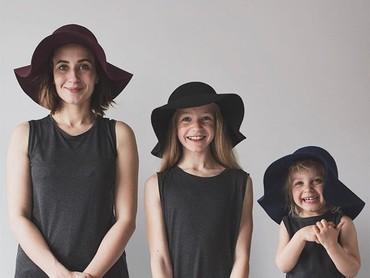 Adalah Dominique Davis (31) bersama kedua putrinya, Penny (4) dan Amelia (11) yang hobi bikin foto bersama. (Foto: Instagram @allthatisshetagram)