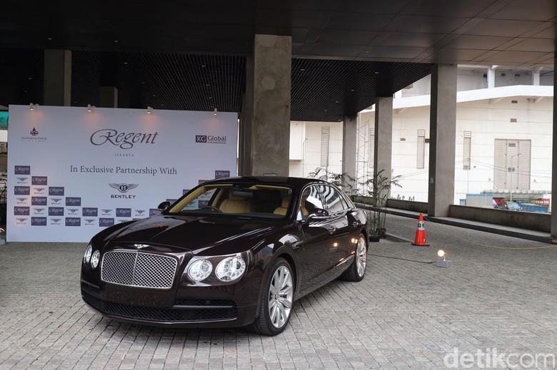 Bentley Flying Spur V8 sebagai limo shuttle untuk bepergian ke mal (Foto: Dina Rayanti)