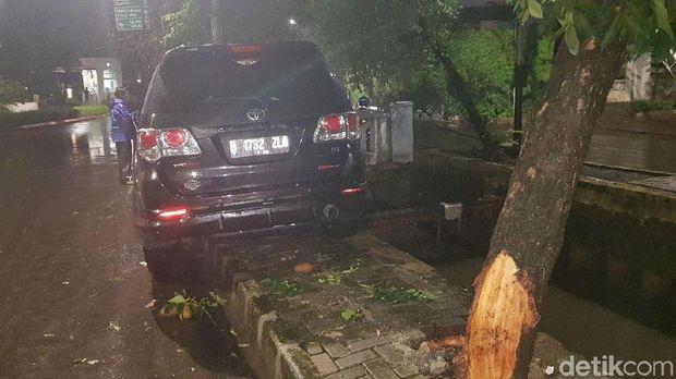 Mobil kemungkinan menabrak pohon dulu