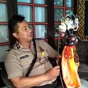 Viral Video Polisi Garut Mahir Mendalang