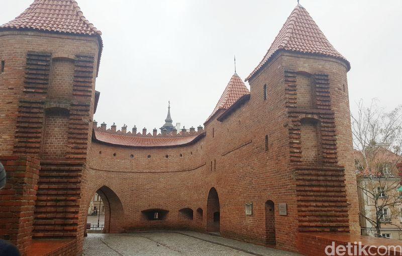Benteng ini berada di pusat Kota Warsawa, ibukota negara Polandia. Benteng ini selalu ramai dikunjungi wisatawan karena cantik dan unik. (Odilia/detikTravel)