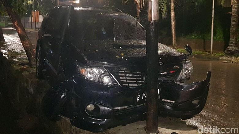 Penampakan kerusakan mobil Fortuner yang ditumpangi Setya Novanto (Foto: Istimewa/detikcom)