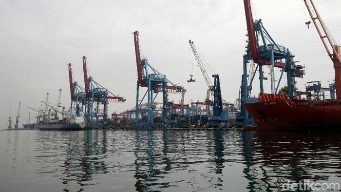 Neraca perdagangan pada Oktober 2017 tercatat surplus US$ 900 juta, dengan raihan ekspor US$ 15,09 miliar dan impor US$ 14,19 miliar.