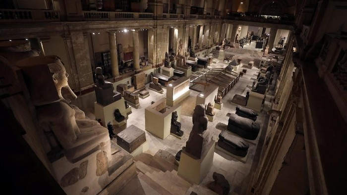 Visitors take a selfie picture around pharaonic artefacts inside the Egyptian Museum at the capital of Cairo, Egypt November 8, 2017. Picture taken November 8, 2017. REUTERS/Amr Abdallah Dalsh NO RESALES.NO ARCHIVES.