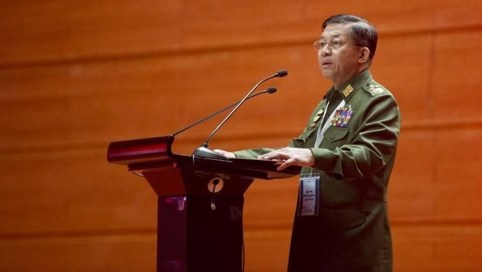 Senior General Min Aung Hlaing, commander-in-chief of the Myanmar Armed Forces, delivers a speech during the opening ceremony of Union Peace Conference in MICC 2 at NayPyiDaw on January 12, 2016.  Myanmar opposition leader Aung San Suu Kyi will address ethnic armed groups, organisers of a fresh round of peace talks said, after she outlined peace as a priority for her government when it takes power in March. AFP PHOTO / Ye Aung THU / AFP PHOTO / Ye Aung Thu