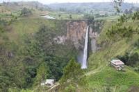 Air Terjun Sipiso-piso memiliki ketinggian 120 meter dan membuatny menjadi salah satu air terjun tertinggi di Indonesia. (Zulfan Ariansyah/dTraveler)