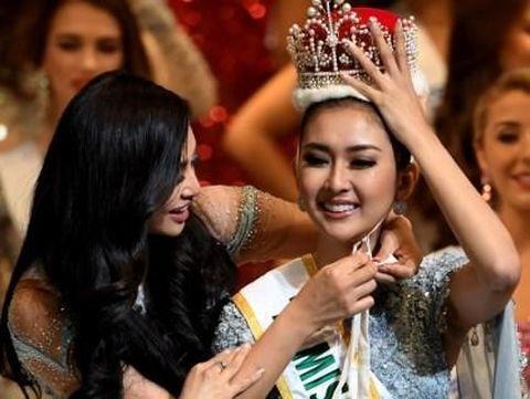 Kylie Versoza memasangkan mahkota Miss International 2017 kepada Kevin Lilliana.