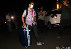 Foto: Penyidik KPK Bawa Banyak Koper dari Rumah Setya Novanto