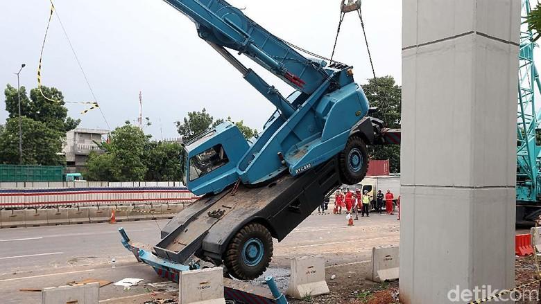 Foto: Ini Crane yang Roboh dan Bikin Macet di Tol Cikampek