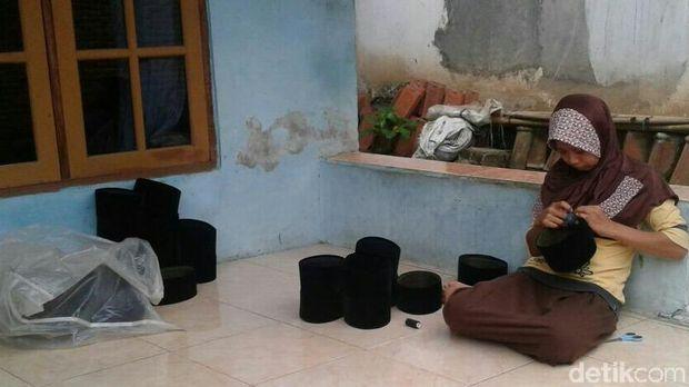 Proses pembuatan peci di Kebumen.