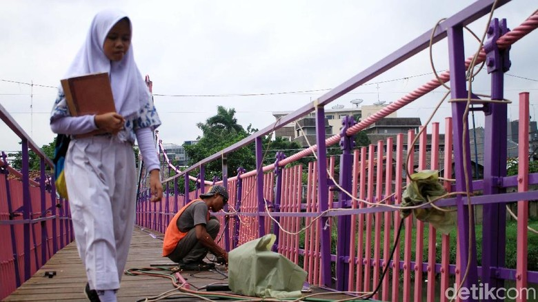 Mirip Rumah Berbie, Jembatan Ini Berwarna Pink dan Ungu