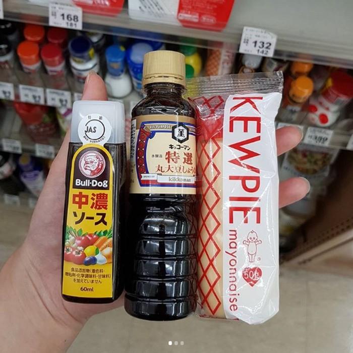 Mayonnaise Jepang disukai karena rasa manis khasnya. Anda bisa membawa oleh-oleh mayonnaise Kewpie karena ada kemasan mungilnya. Begitu juga dengan saus Jepang ukuran mini yang dijual di supermarket. Foto: Istimewa