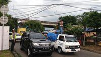Penampakan Tiang Listrik yang Roboh dan 'Nangkring' di Atas Tol