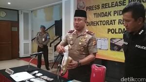 Polda Jabar Ciduk Dua Wanita Penyelundup Sabu Dalam Sandal