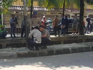 Polisi Pegang-pegang Tiang Listrik yang Ditabrak Mobil Novanto