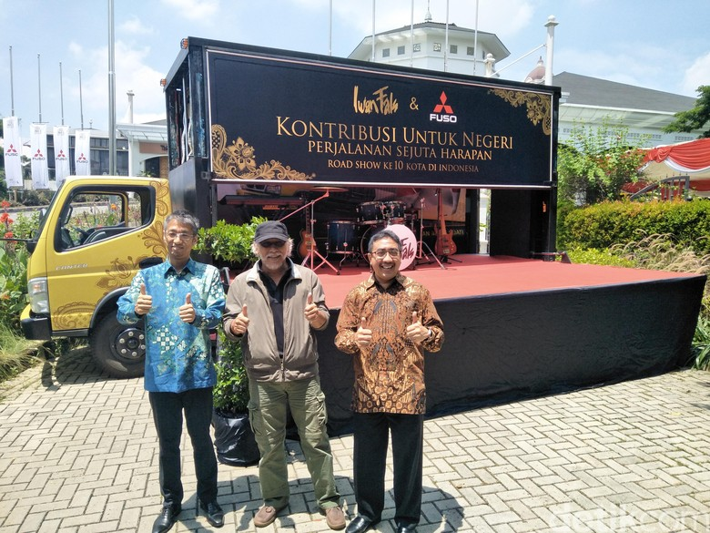Truk Fuso untuk Panggung Konser Iwan Fals (Foto: Ruly Kurniawan)