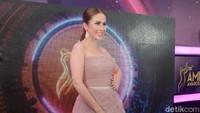 Ia tampil dengan dress panjang berwarna pink. Pool/Noel/detikFoto.