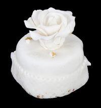 Dilelang, Potongan Cake Pernikahan Donald Trump Berusia 12 Tahun