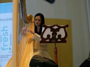 Pesona Mesty Ariotedjo, Dokter Cantik yang Jago Main Harpa