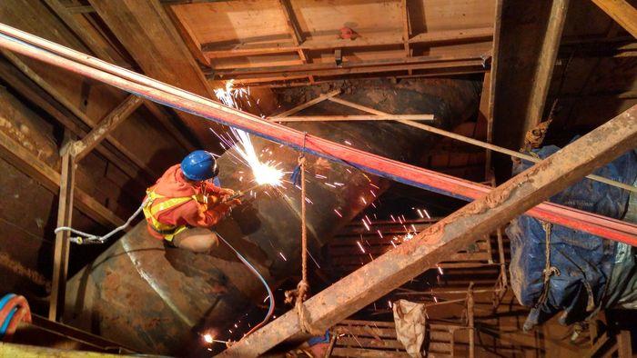 Pekerja melakukan pemotongan pipa saat relokasi pipa diameter 1200 mm sepanjang 225 meter di Jl. Kartini, Lebak Bulus Jakarta Selatan Jumat, 17 November 2017 malam. Pool/Palyja.