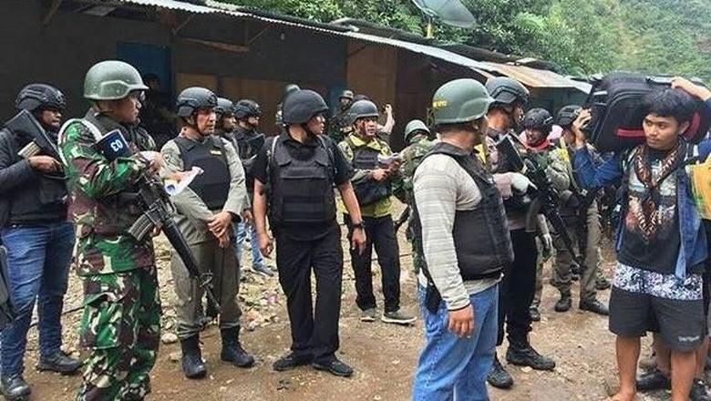 Sisir Lokasi Penyanderaan, TNI Temukan 2 Mayat Diduga Anggota KKB