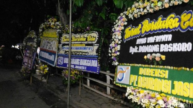 Rumah Duka Danang Baskoro Banjir Karangan Bunga